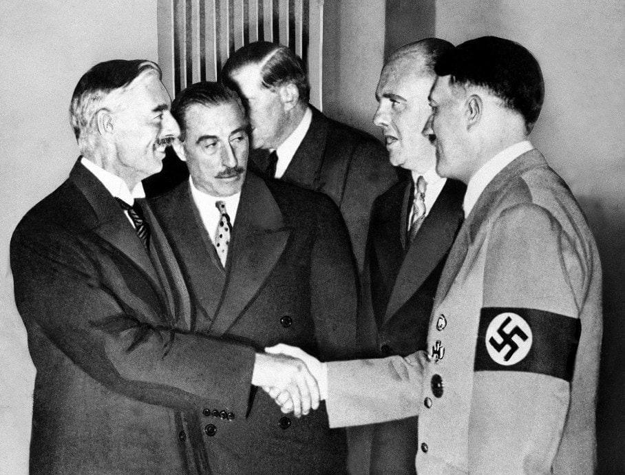 """Премьер Англии Чемберлен """"ручкается"""" с фюрером Германии Гитлером"""